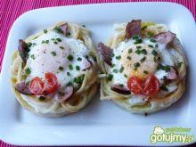 Jajka sadzone w gniazdach z makaronu