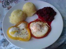 Jajka sadzone w paprykowych obręczach