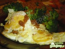 Jajka sadzone z brokułami