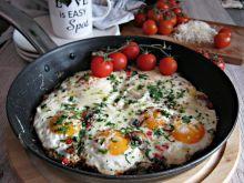 Jajka sadzone z pieczarkami, papryką i serem
