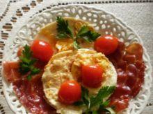 Jajka sadzone z plastrami bekonu :