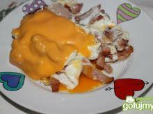 Jajka sadzone z serkiem tostowym