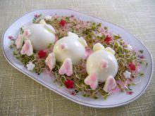 Jajka w sosie buraczkowym z kiełkami brokułu