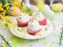 Jajka w szynce parmeńskiej i sosie chrzanowym