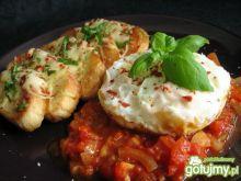 Jajka z grzankami i pomidorami