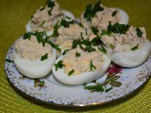 Jajka z rybą wędzoną i czerwoną cebulą