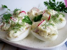 Jajka z rzodkiewką porem i majonezem
