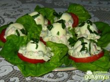 Jajka z sosem na sałacie