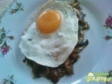 Jajko na pieczarkach