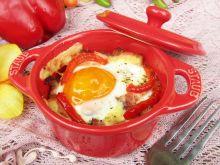 Jajko sadzone na boczku i papryce