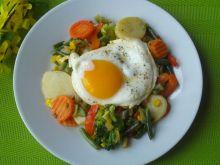 Jajko sadzone na warzywach