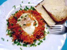 Jajko sadzone w koszyczku marchewkowym