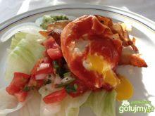 Jajko w koszulce z pomidorowym sosem.