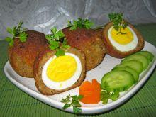 Jajko w skorupce z ciemnego chleba