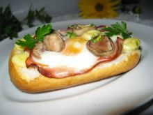 Jajko z grzybami zapiekane w bułce