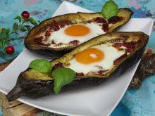 Jajko zapiekane w bakłażanie na pomidorach