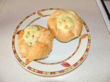 Jajko zapiekane w bułce z szynką i żółtym serem
