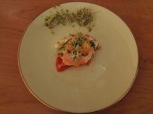 Jajko zapiekane w pomidorku, z łososiem