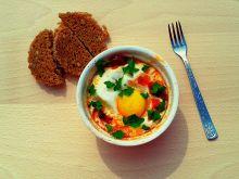 Jajko zapiekane z pomidorami i chorizo