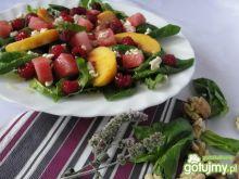 Jesienny szpinak z owocami i orzechami