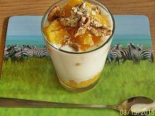 Jogurt naturalny z płatkami, orzechami włoskimi i