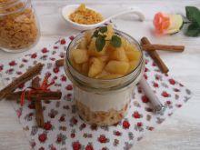 Jogurt z prażonym jabłkiem i płatkami