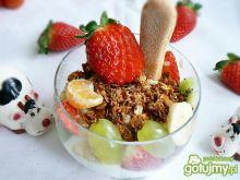 Jogurt z prażonymi płatkami i owocami