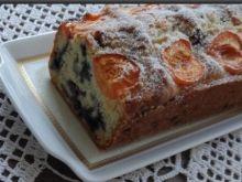 Jogurtowe ciasto z borówkami i morelami