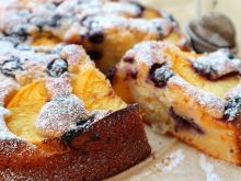 Jogurtowe ciasto z nektarynkami i borówkami