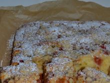 Jogurtowe ciasto z rabarbarem i otrębową kruszonką