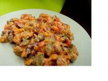 Kabanosowa sałatka z ogórkiem konserwowym