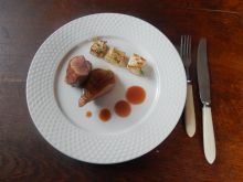Kaczka z sosem różanym i pieczonym selerem