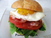 Kajzerka śniadaniowa z jajkiem i boczkiem