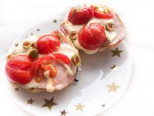 Kajzerka z iberyjskim, kozim, szynką i pomidorkiem