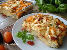 Kajzerkowy pudding z serem i salami