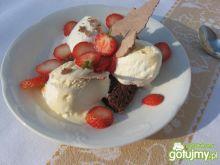 Kakaowa beza z lodami i truskawkami