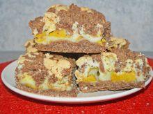 Kakaowo-orzechowe kruche ciasto z owocami i pianka