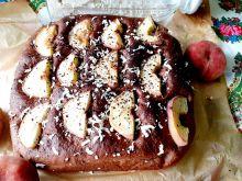 Kakowe ciasto drożdżowe z brzoskwiniami