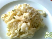 Kalafior w sosie serowowym z pistacjami