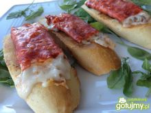 kanapeczka z chorizo z zapiekanym serem.
