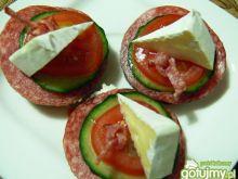 Kanapeczki z serkiem pleśniowym i salami