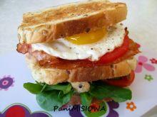 Kanapka klubowa z kurczakiem, boczkiem i jajkiem