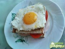 Kanapka z camebertem i jajkiem sadzonym