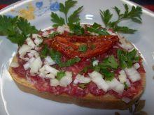 Kanapka z metką i suszonym pomidorem