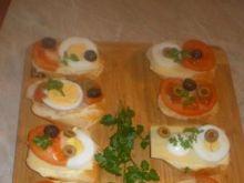 Kanapki z jajkiem i oliwkami na bagietce
