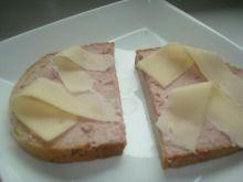 kanapki z pasztetem i żółtym serem