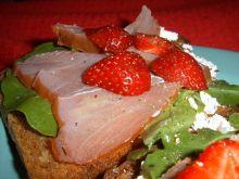 Kanapki z polędwicą z tuńczyka i truskawkami