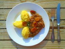 Karkówka w sosie własnym z cebulą i śliwkami