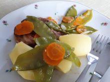 Karkówka z groszkiem i marchewką