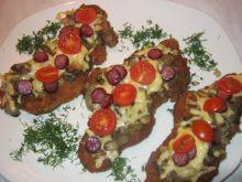 Karkówka z serem, kabanosem i pomidorkami